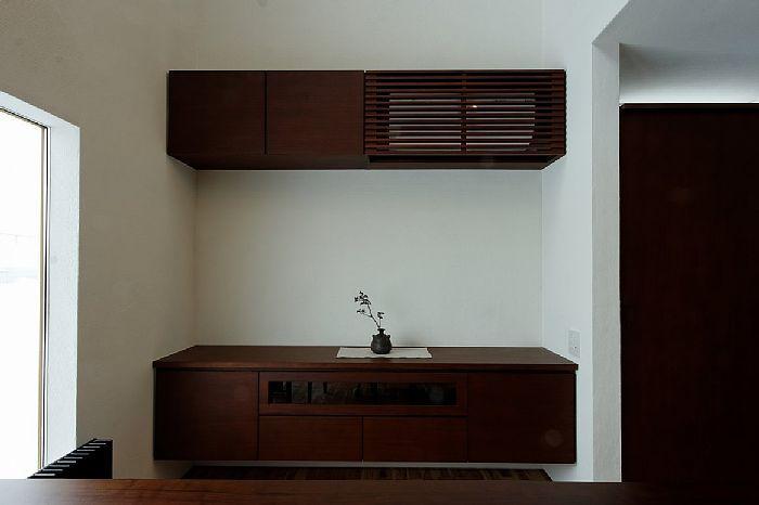 ダイニングの収納カウンター+吊り戸棚+エアコンをスリットで隠しちゃえ!という感じでしょうか(^_^;)